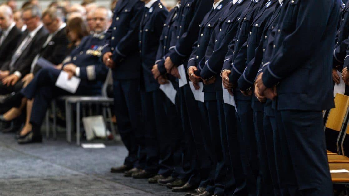 Uuden hallitusohjelman mukaan poliisien määrää lisätään 300:lla seuraavan kolmen vuoden aikana. Suomen Poliisijärjestöjen Liiton mukaan poliiseja tarvittaisiin tuhat lisää, jotta poliisi selviytyisi perustehtäviensä lisäksi myös hallituksen kaavailemista uusista vaatimuksista.