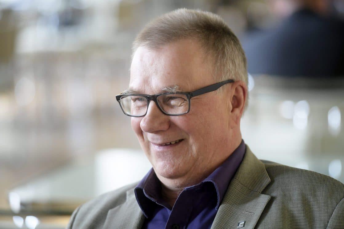Sinisten Pentti Oinonen IL:lle: Eduskunta on pentujen tarha – verkkouutiset.fi